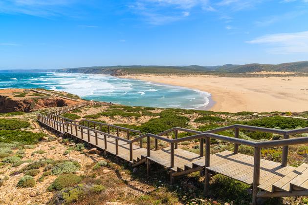 O que fazer em Portugal? Passar um dia numa das praias paradisíacas do país.