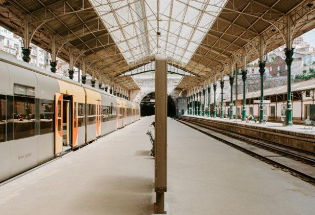 Quem escolher viver no Porto pode usufruir de um metro moderno e abrangente e uma estação de comboios que desemboca no coração da cidade.