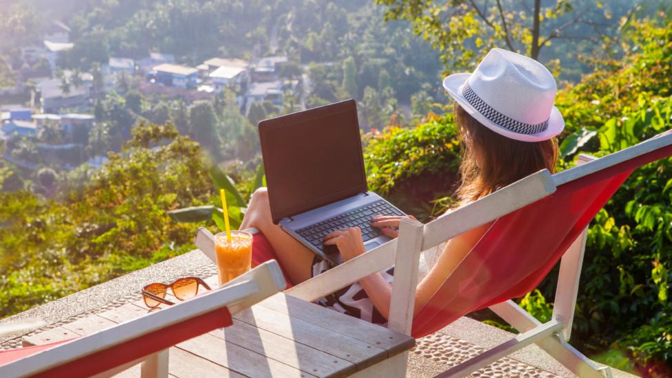 mulher num computador ao ar livre