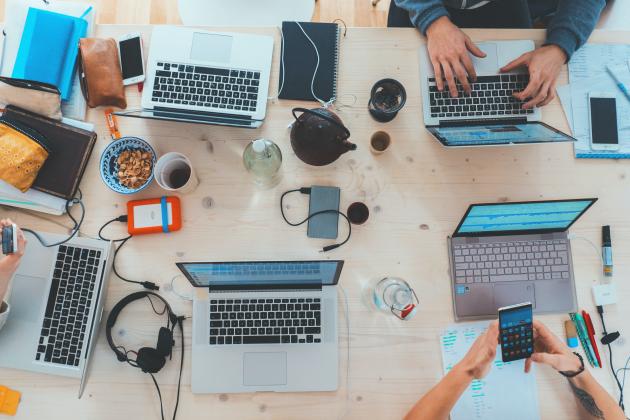 mesa com computadores